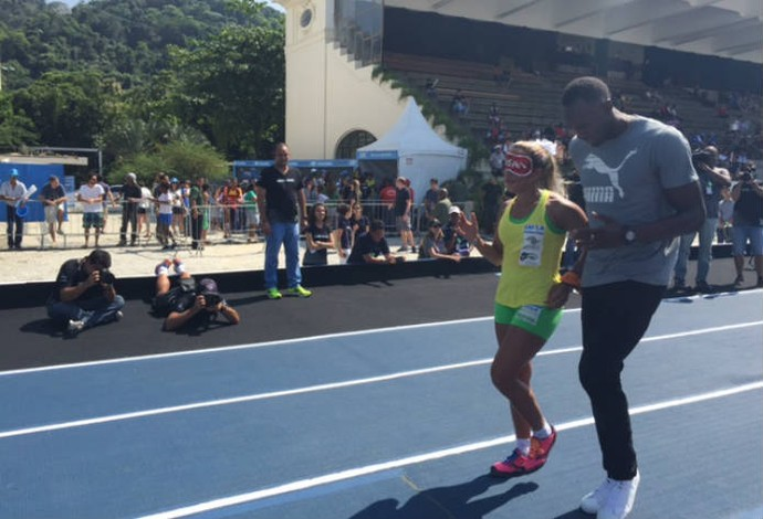 Terezinha Guilhermina ao lado de Usain Bolt no Jockey, no Rio de Janeiro (Foto: Amanda Kestelman)