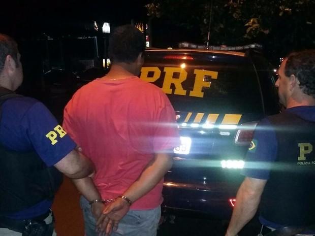 Homem foi flagrado pela PRF com menina de 11 anos em Ijuí, RS (Foto: Divulgação/PRF)