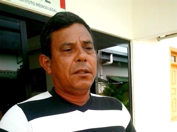 Pai da vítima, João Pereira da Costa, pede justiça (Foto: Aline Nascimento/G1)