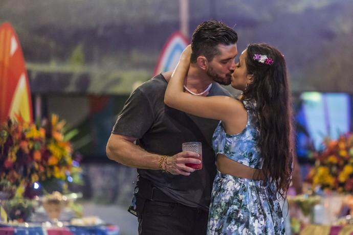 Momento romântico de Marcos e Emilly (Foto: Artur Meninea/Gshow)