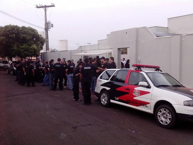 Mais de 100 policiais civis participaram da operação  (Foto: Guilherme Tavares/ TV TEM)