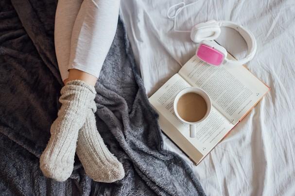 Livro, cama e café: tem combinação melhor? (Foto: Thinkstock)
