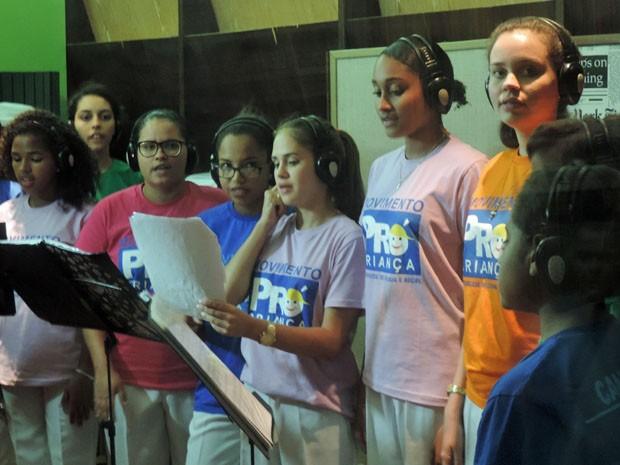 Meninos e meninas do coral do Pró-criança ensaiam para cantar com Ivan Lins (Foto: Katherine Coutinho / G1)