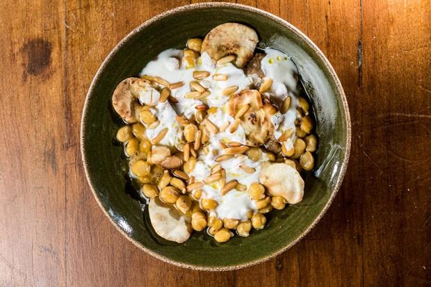 Fatteh: receita árabe mistura carne, pão sírio, grão de bico e coalhada (Foto: Divulgação)