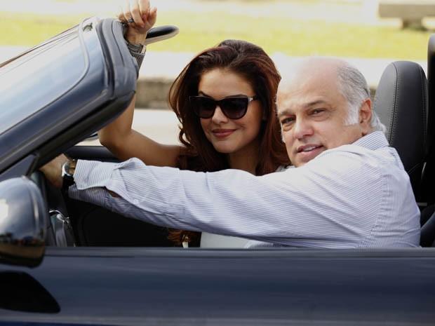 Paloma Bernardi e Jayme Periard gravam cena cheios de pose em carrão (Foto: Salve Jorge / TV Globo)