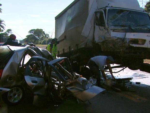 Eletricista morre após acidente entre carro e caminhão na rodovia SP-215 (Foto: Oscar Herculano Jr / EPTV)