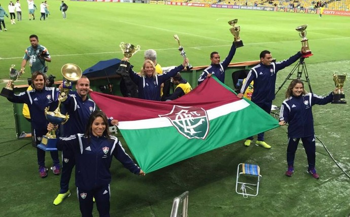 Ingrid e a equipe de saltos do Fluminense em homenagem no Maracanã (Foto: Reprodução / Facebook)
