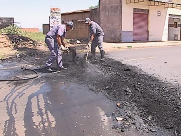 Bombeiros apagaram o fogo colocado em pneus (Foto: Reprodução/TV TEM)