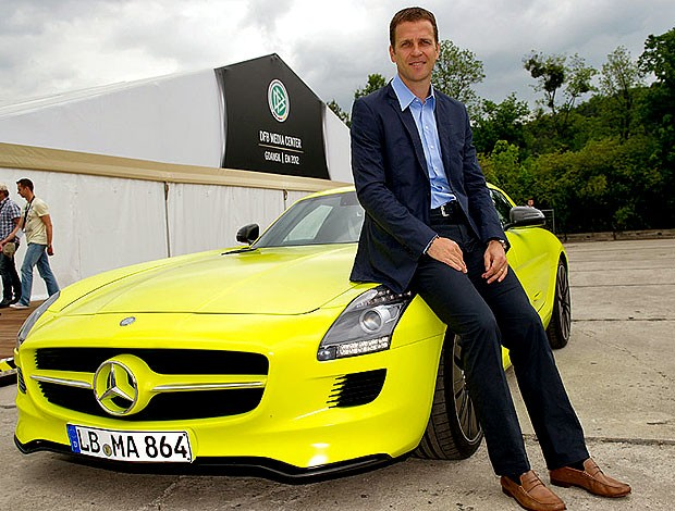 Oliver Bierhoff no CT da Alemanha com Mercedes (Foto: Divulgação / Site Oficial)