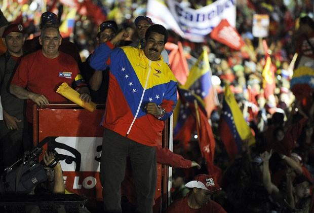 Maduro cumprimenta eleitores durante campanha eleitoral na Venezuela neste sábado (6) (Foto: Juan Barreto/AFP)