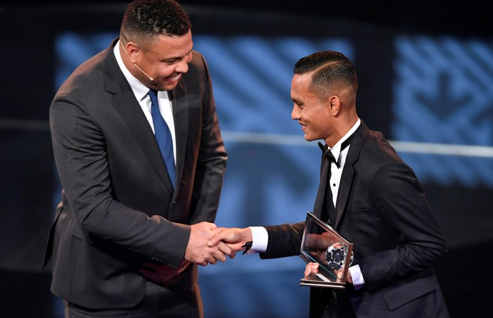 Ronaldo prêmio Puskás Mohd Faiz Subri malaio (Foto: Fabbrice Cobrini/AFP)