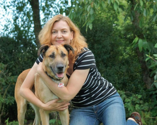 A aeromoça Olivia e o cão que adotou em Buenos Aires (Foto: Reprodução/Facebook)