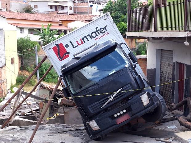 Caminhão descontrolado atinge casa no bairro Santa Mônica (Foto: Pedro Ângelo / G1)