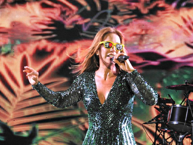 Cantora faz show na Ponta Negra (Foto: Ive Rylo/G1 AM)