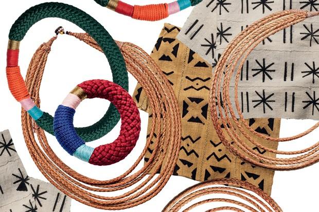 Tecidos africanos, artesanato local, pulseiras e colares comprados diretamente com o povo nômade himba e na loja do camp Serra Cafema (Foto: Divulgação)