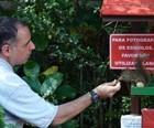 Morador do Sul de Minas 'fala' com esquilos (Tiago Campos / G1)