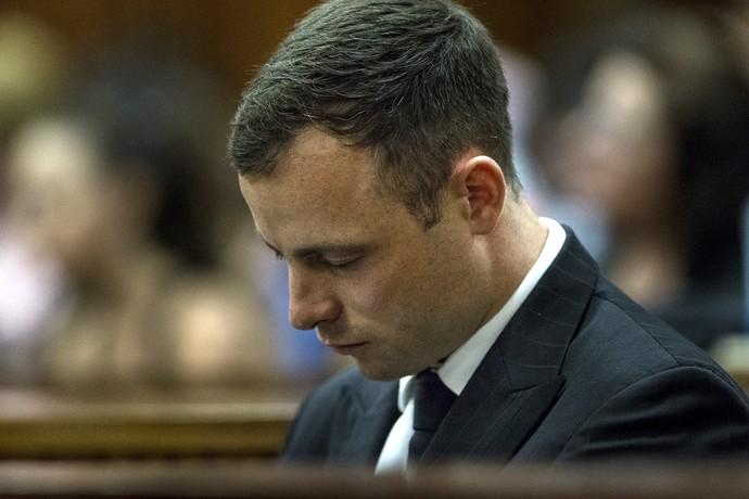 O sul-africano Oscar Pistorius novamente no tribunal de Pretória (Foto: AFP)