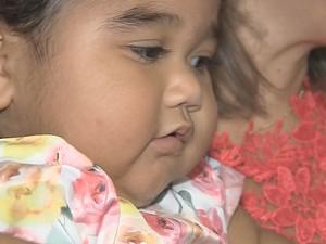 Maria Vitória tem um ano e pesa 24 quilos  (Foto: Reprodução / TV TEM)