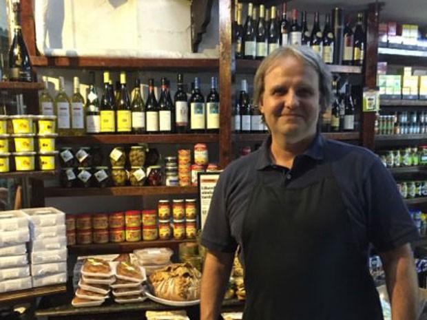 Hélio Casagrande reduziu importados e aposta em nacionais para manter preços acessíveis em sua loja  (Foto: BBC)