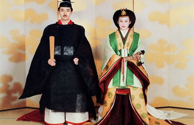 Príncipe japonês Akishino e a princesa Kiko em cerimônia de casamento tradicional no palácio imperial de Tóquio, em 1990 (Foto: AFP)