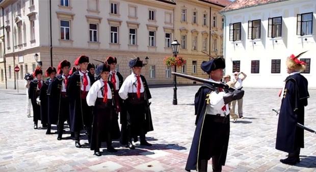 Cerimônia na Croácia relembra que gravata é invenção local (Foto: Reprodução/YouTube/Putovnica)