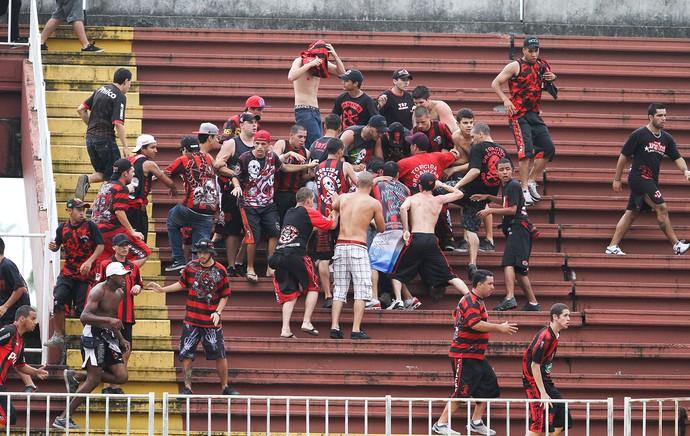 confusão torcida Atlético-PR e Vasco jogo (Foto: Geraldo Bubniak / Agência Estado)