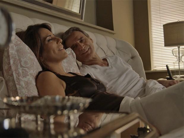 Beatriz e Otávio acordam juntos  (Foto: TV Globo)