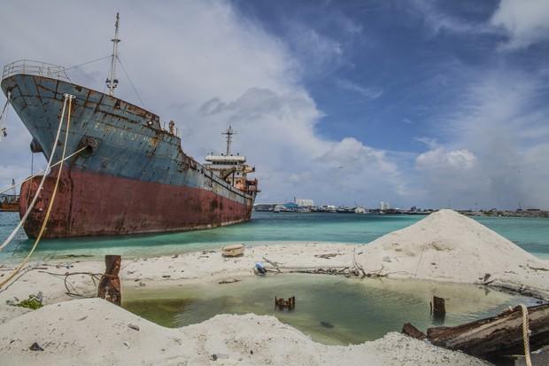 Todos os dias, toneladas de lixo são descartados em Thilafushi por um navio (Foto: Giulio Paletta)
