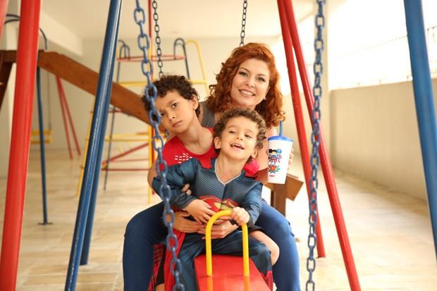 Bárbara Borges com os filhos Theo e Martin (Foto: Brunno Carone/ Mukua Kids/ Divulgação)