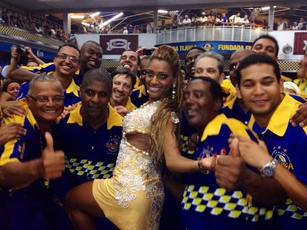 Ana Paula Evangelista posa com integrantes da Unidos da Tijuca (Foto: Divulgação)