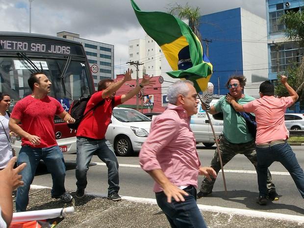 Confronto entre manifestantes pró e contra o ex-presidente Luiz Inácio Lula da Silva nas imediações do Aeroporto de Congonhas, na Zona Sul de São Paulo (Foto: Sérgio Castro/Estadão Conteúdo)