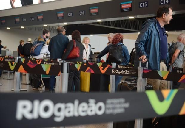 Passageiros no aeroporto internacional Tom Jobim no Rio de Janeiro (Foto: Tânia Rêgo/Agência Brasil)