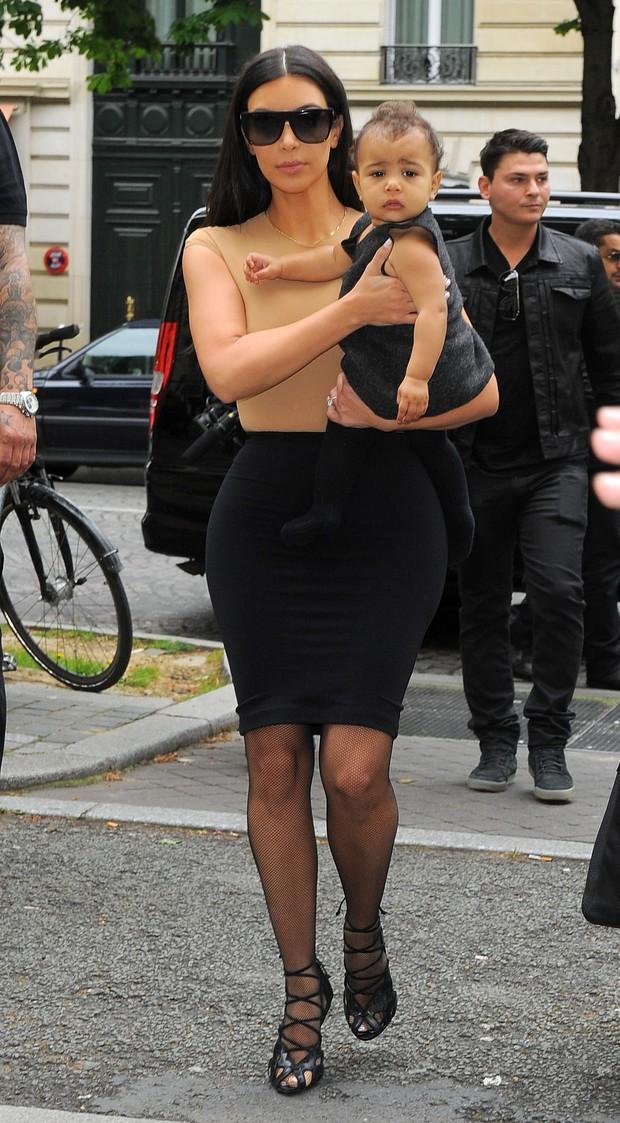 Kim Kardashian com a filha, North West (Foto: AKM-GSI BRASil)