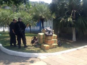 Cerca de meia tonelada de maconha foi apreendida na Ilha (Foto: Alba Valéria Mendonça/G1)