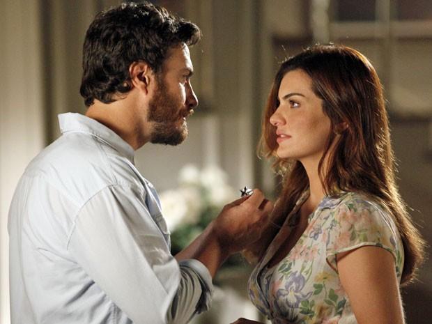 Rodrigo fica admirado ao ver o pingente de Elisa (Foto: Amor Eterno Amor/TV Globo)