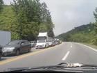 Caminhão tomba na Tamoios e congestionamento chega a 10 km