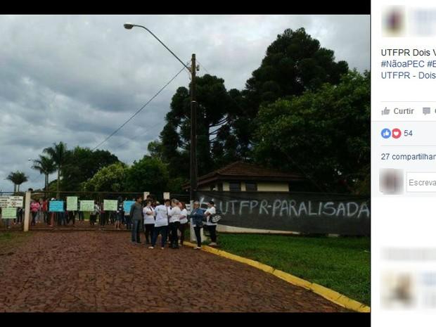 Estudantes que participam do movimento de ocupação barraram entrada de professores, servidores e técnicos da UTFPR (Foto: Reprodução/Facebook)