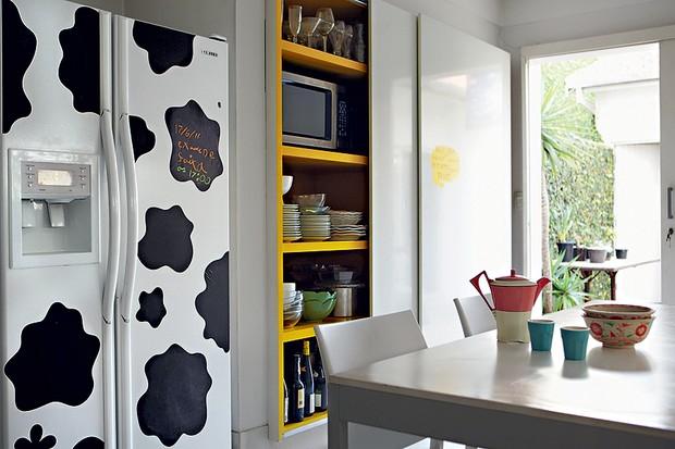 Por pura diversão, a arquiteta Fabiana Frattini cobriu a geladeira branca com adesivos de estampa de pele de vaca (Foto: Edu Castello/Casa e Jardim)