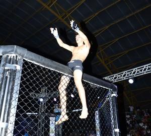 Matheus Magrinho venceu Lee Haney por decisão unânime (Foto: Roberto Acruche)