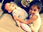 Samara Felippo posta foto fofa da filha apertando bebê