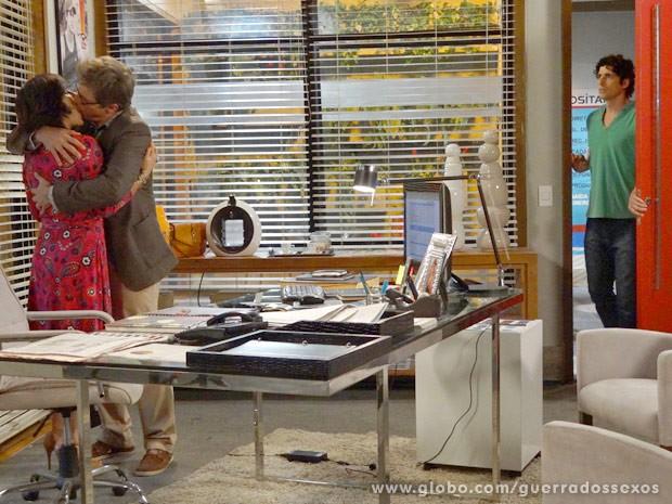 Nando chega na hora que Felipe faz pedido de casamento (Foto: Guerra dos Sexos / TV Globo)