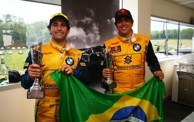 Cacá Bueno e Sergio Jimenez exibem troféu e bandeira brasileira na Inglaterra (Foto: Divulgação)