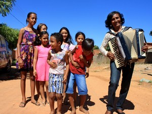 Sebastiana ladeada pelos netos em São Raimundo Nonato (Foto: Gustavo Almeida/G1)