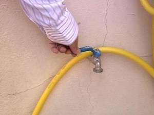 abastecimento água torneira Rio Paranaíba MG (Foto: Reprodução/TV Integração)