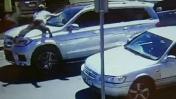Na tentativa de resgatar a menina, mulher pulou na frente do carro (Foto: Reprodução)