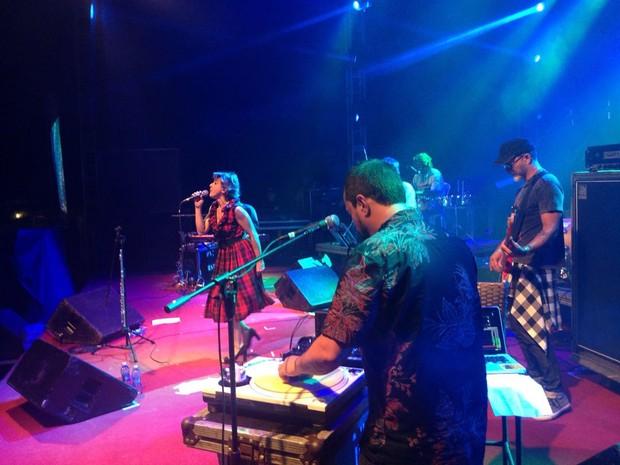 Banda Bossacucanova levantou a plateia  (Foto: Nathallya Macedo)