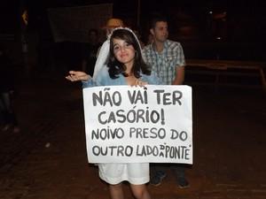 Com cartazes, moradores protestaram de forma bem humorada  (Foto: Arquivo Pessoal/ Ramón Dias)