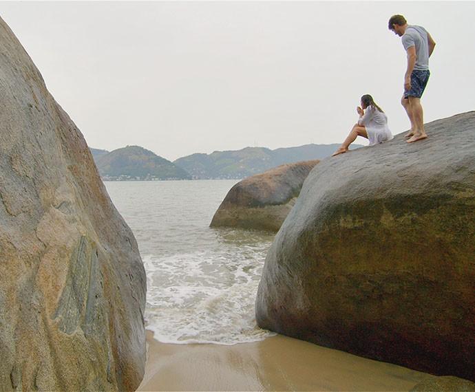 Ben joga os celulares do casal no mar e deixa Mari sem acreditar (Foto: TV Globo)