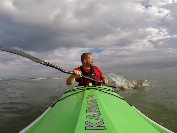 Um dos momentos em que Drew foi atacado pelo tubaro, na Flrida (Foto: Reproduo/YouTube)