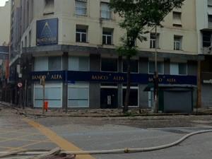 Na calçada em frente ao prédio,  muito reboco caído durante o incêndio (Foto: Alba Valéria Mendonça/G1)